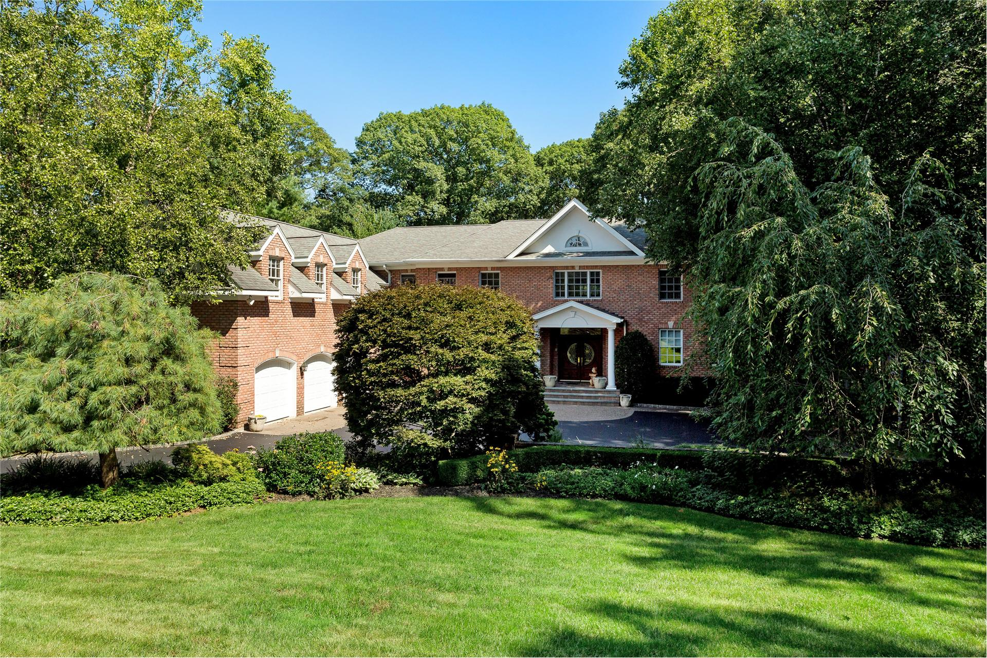 Single Family for Sale at 12 Chauncey Pl Woodbury, New York 11797 United States
