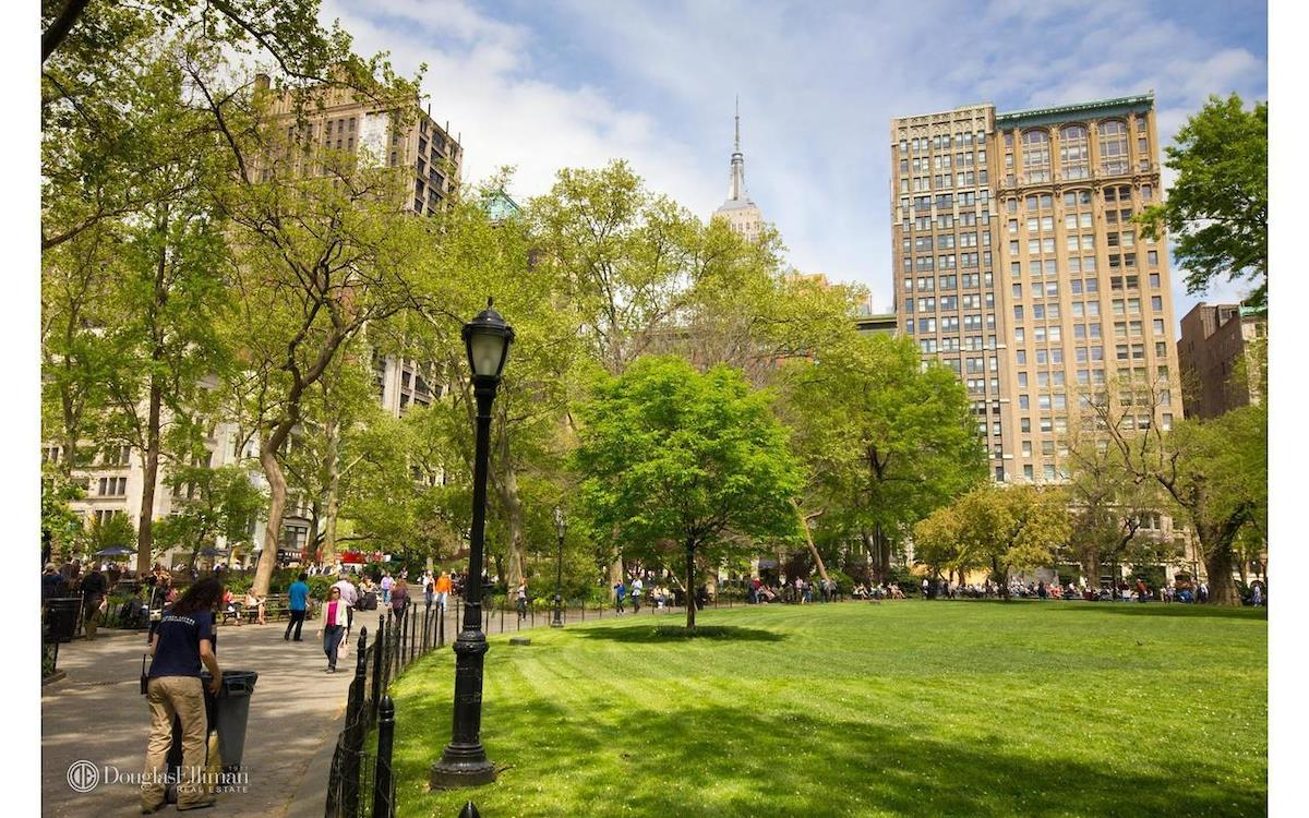 Sunny one bedroom on the 28th floor at Madison Green Condo in the heart of Flatiron. The apartment faces south over the garden with open city skyline views downtown. The apartment features a renovated white Euro kitchen with granite counters, a breakfast   bar and marble bathroom. The bedroom is very spacious and there are three closets including one walk-in. Madison Green is located in the Flatiron District, near beautiful Madison Square Park and shopping at Eataly. The building features include: A full time   DM & Concierge, laundry on every floor, bike room, exercise room, a sky room, garden and garage. Sorry no dogs.