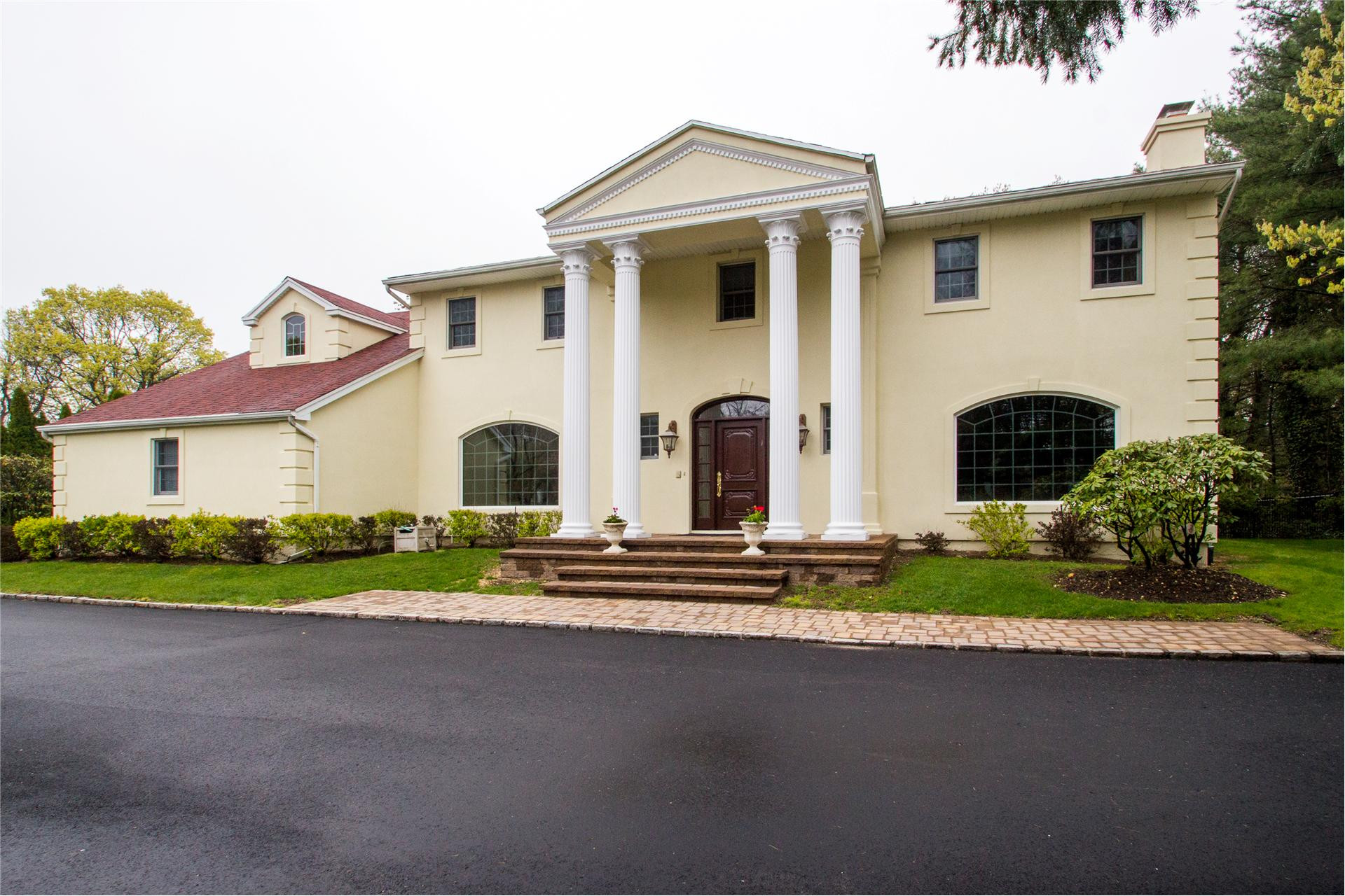 Single Family for Sale at 271 Baird Ct Woodbury, New York 11797 United States