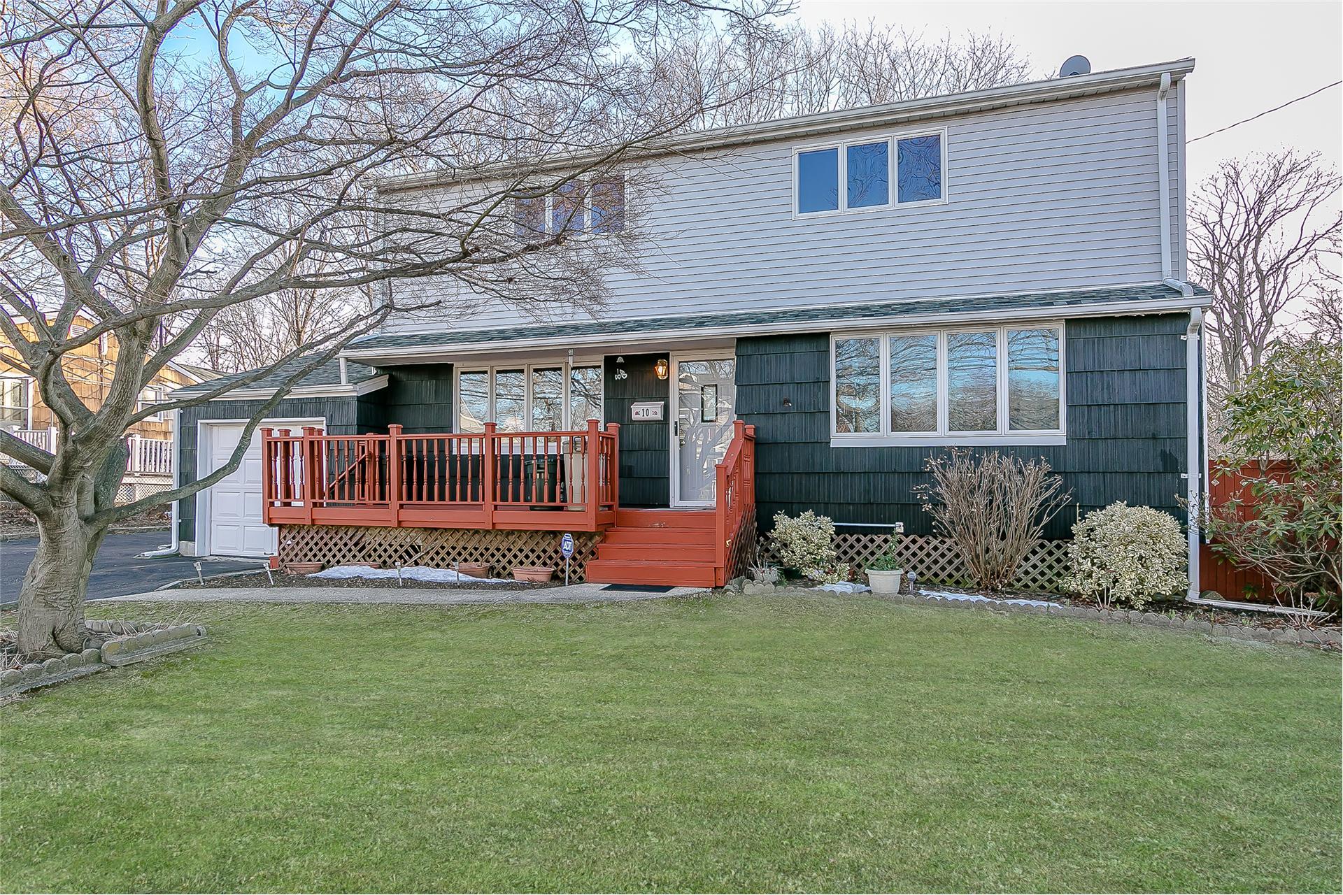 Single Family for Sale at 10 Barbara Rd Lake Ronkonkoma, New York 11779 United States
