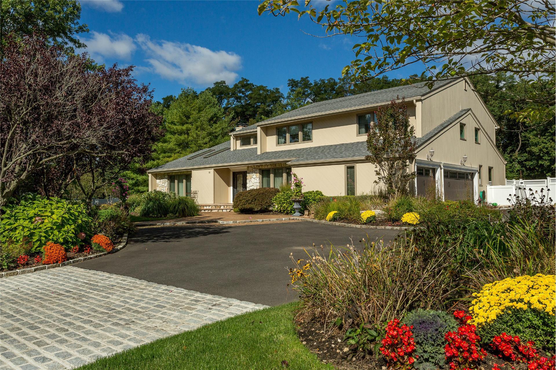 Single Family for Sale at 11 Phaetons Dr Melville, New York 11747 United States