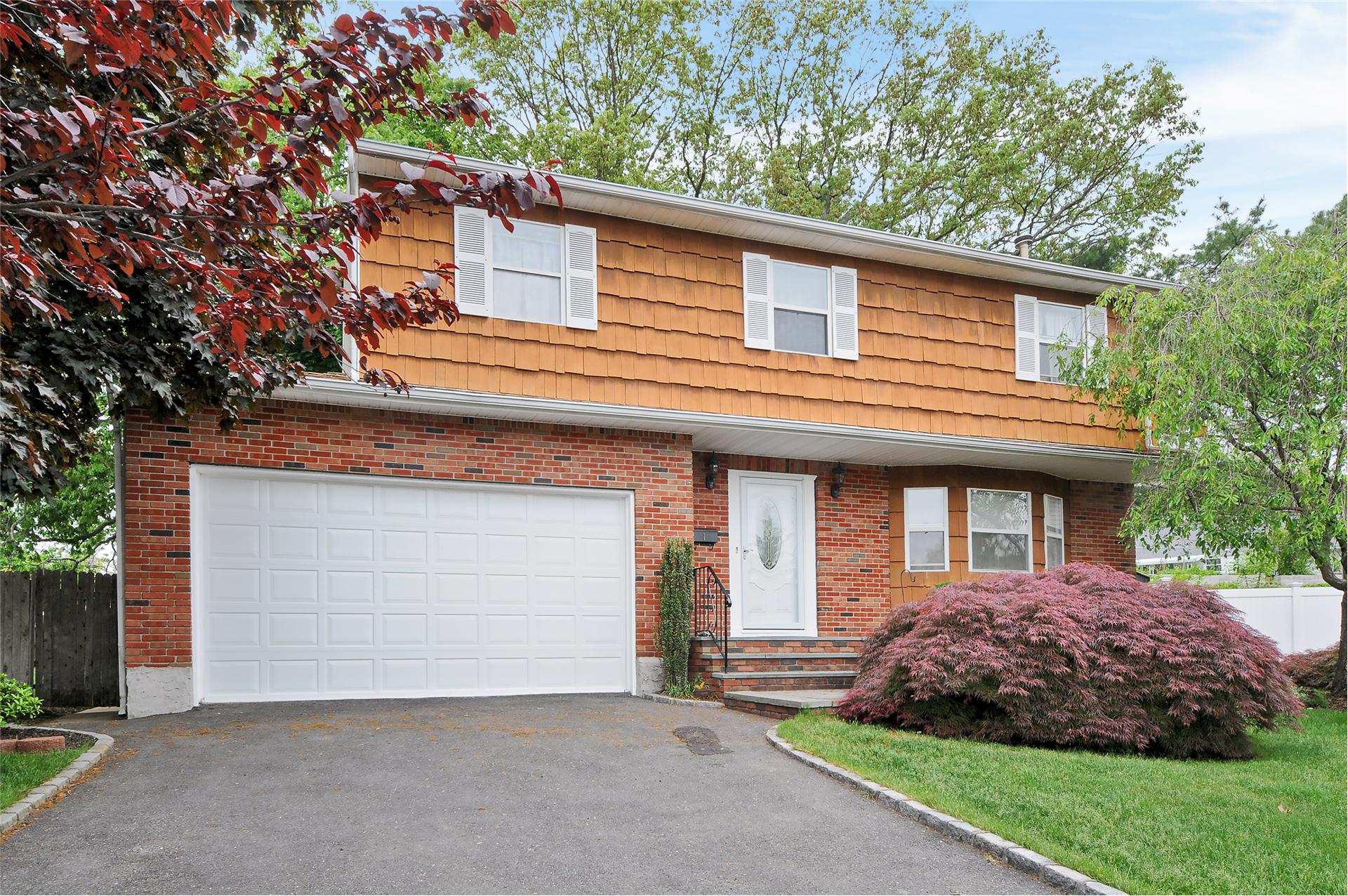 Single Family for Sale at 1 Fams Ct Old Bethpage, New York 11804 United States
