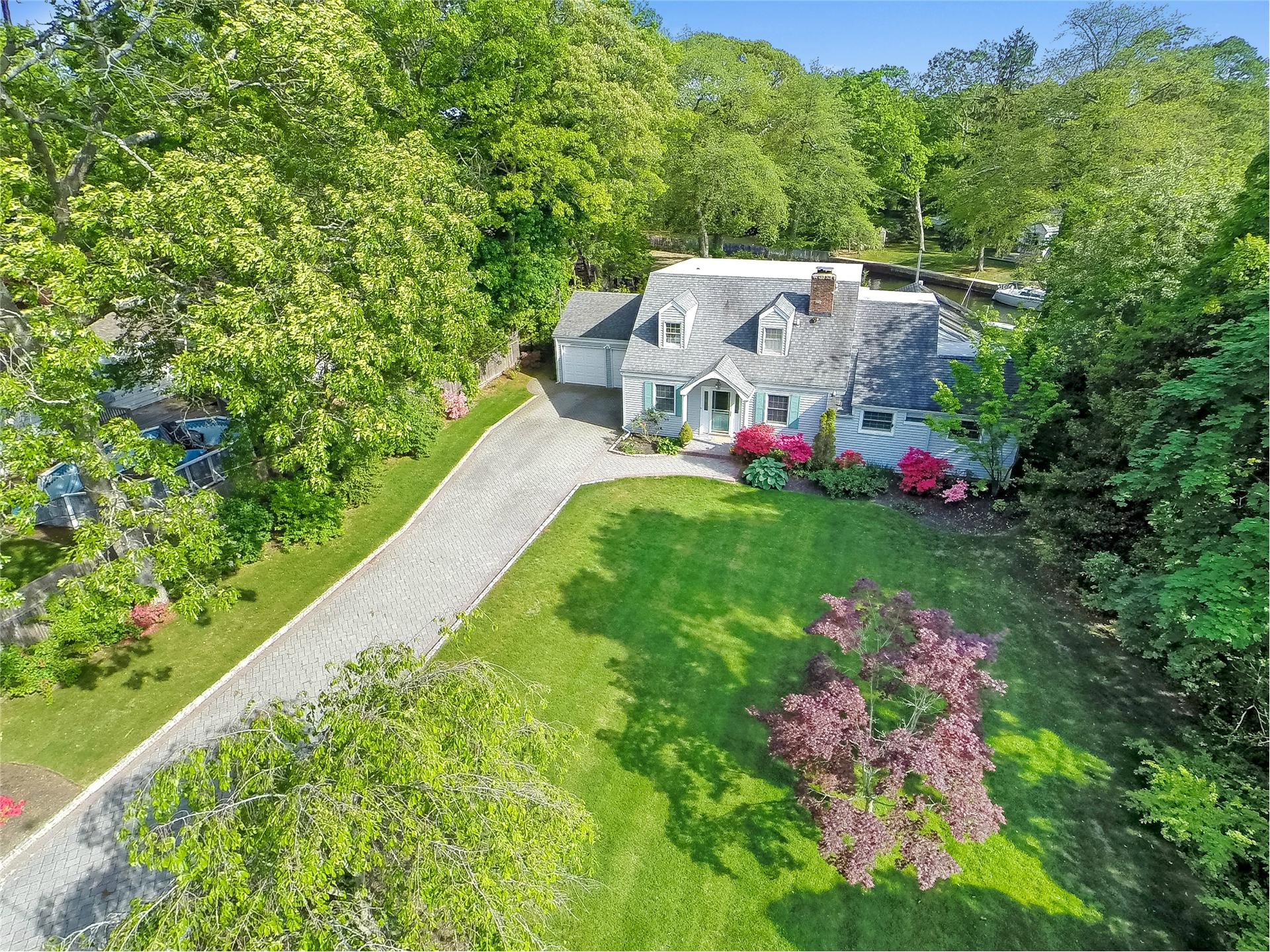 Single Family for Sale at 194 Connetquot Dr Oakdale, New York 11769 United States