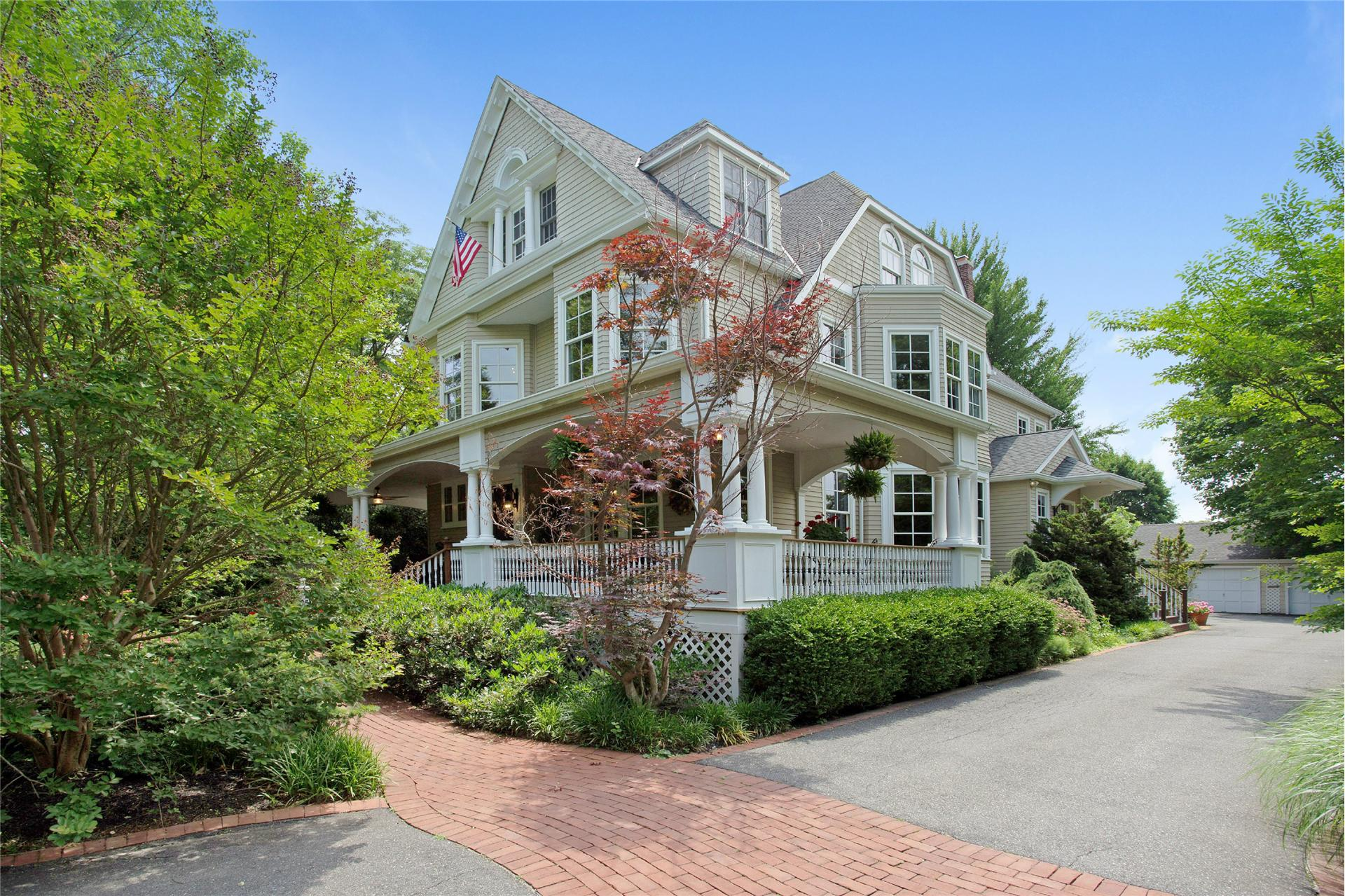 Single Family for Sale at 54 Highland Rd Glen Cove, New York 11542 United States