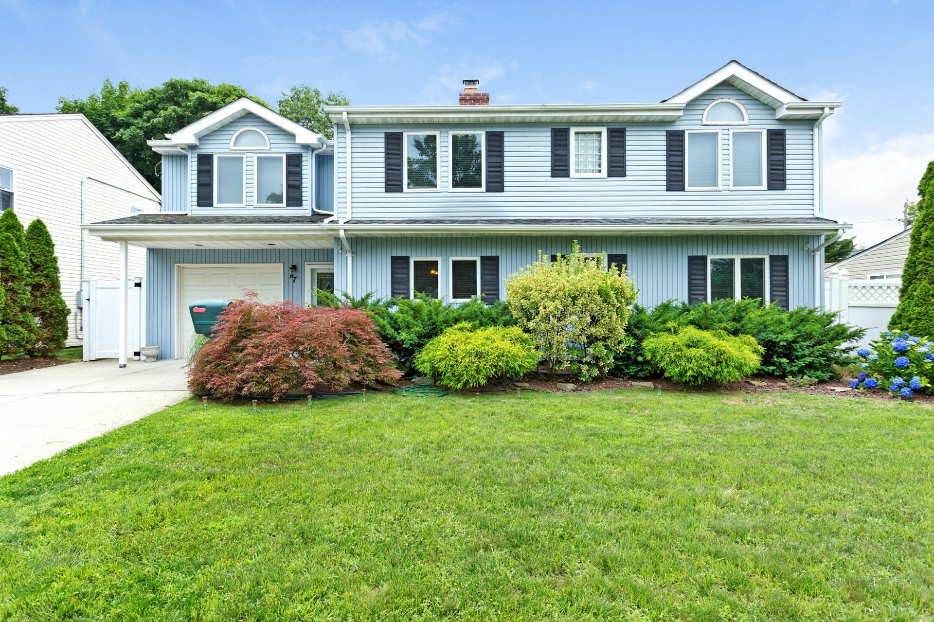 Single Family for Sale at 17 Bobolink Ln Levittown, New York 11756 United States