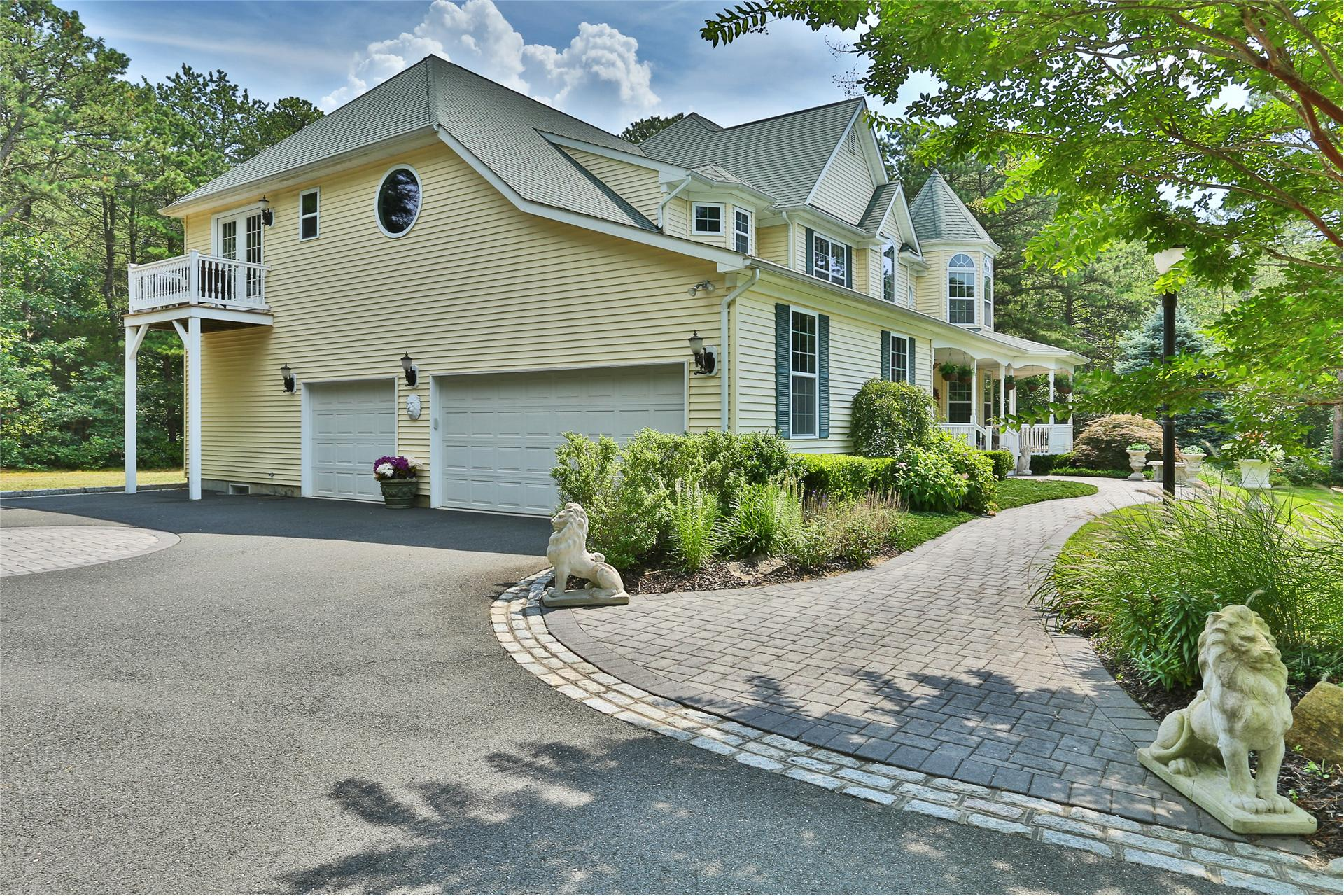 Single Family for Sale at 7 Nick Ct Yaphank, New York 11980 United States
