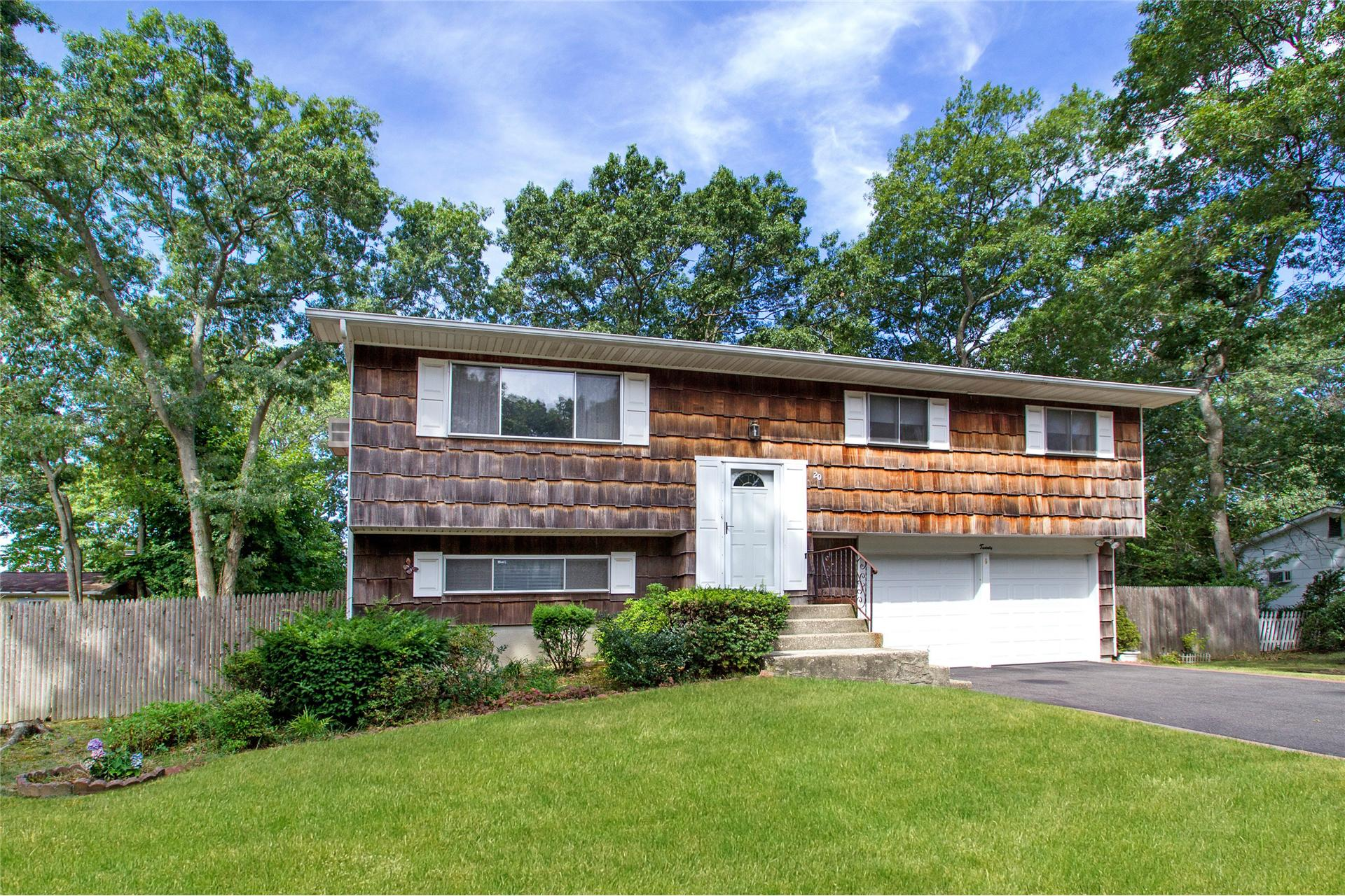 Single Family for Sale at 20 Hester Ln Lake Ronkonkoma, New York 11779 United States