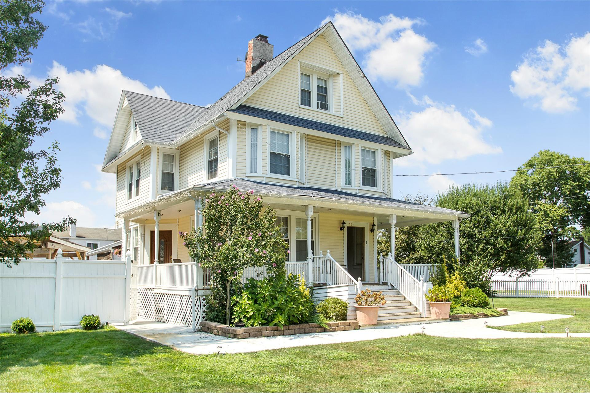 Single Family for Sale at 76 Washington Ave Brentwood, New York 11717 United States