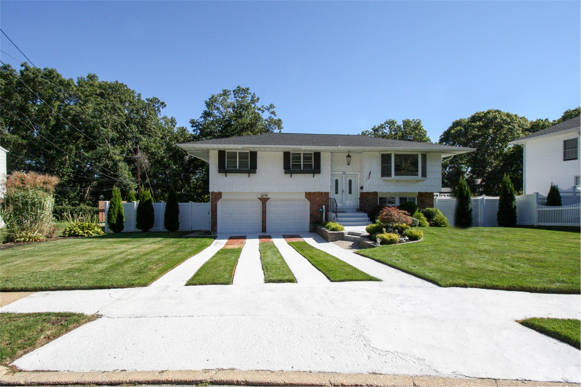 Single Family for Sale at 34 Gerald Ln Old Bethpage, New York 11804 United States