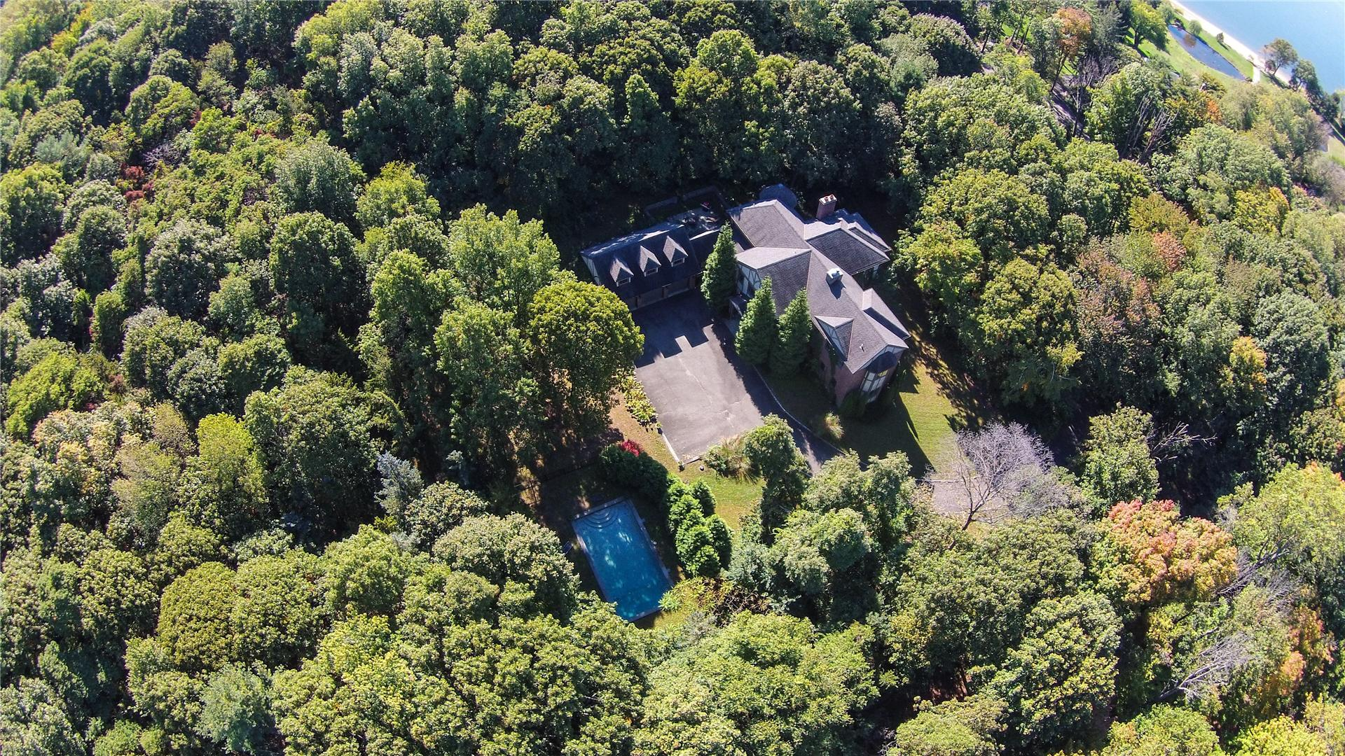 Single Family for Sale at 117 Centre Island Rd Centre Island, New York 11771 United States