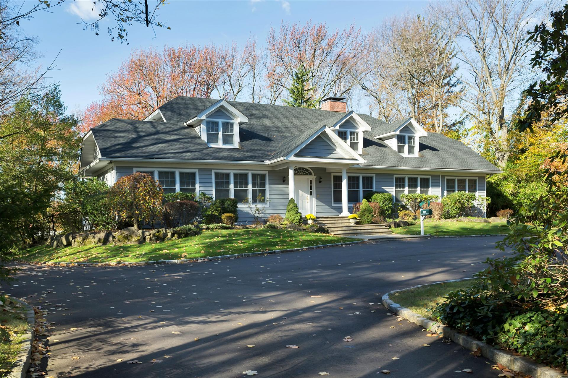 Single Family for Sale at 124 Station Rd Great Neck, New York 11023 United States
