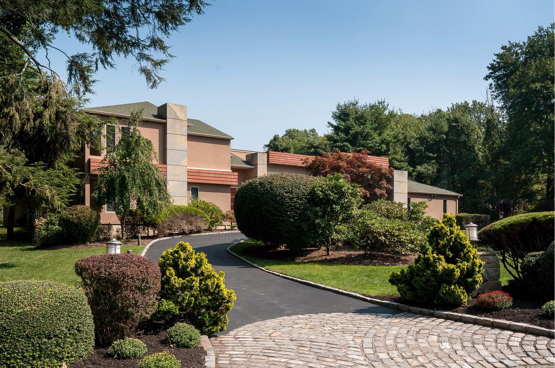 18 Ursuline Ct - Oyster Bay Cove, New York