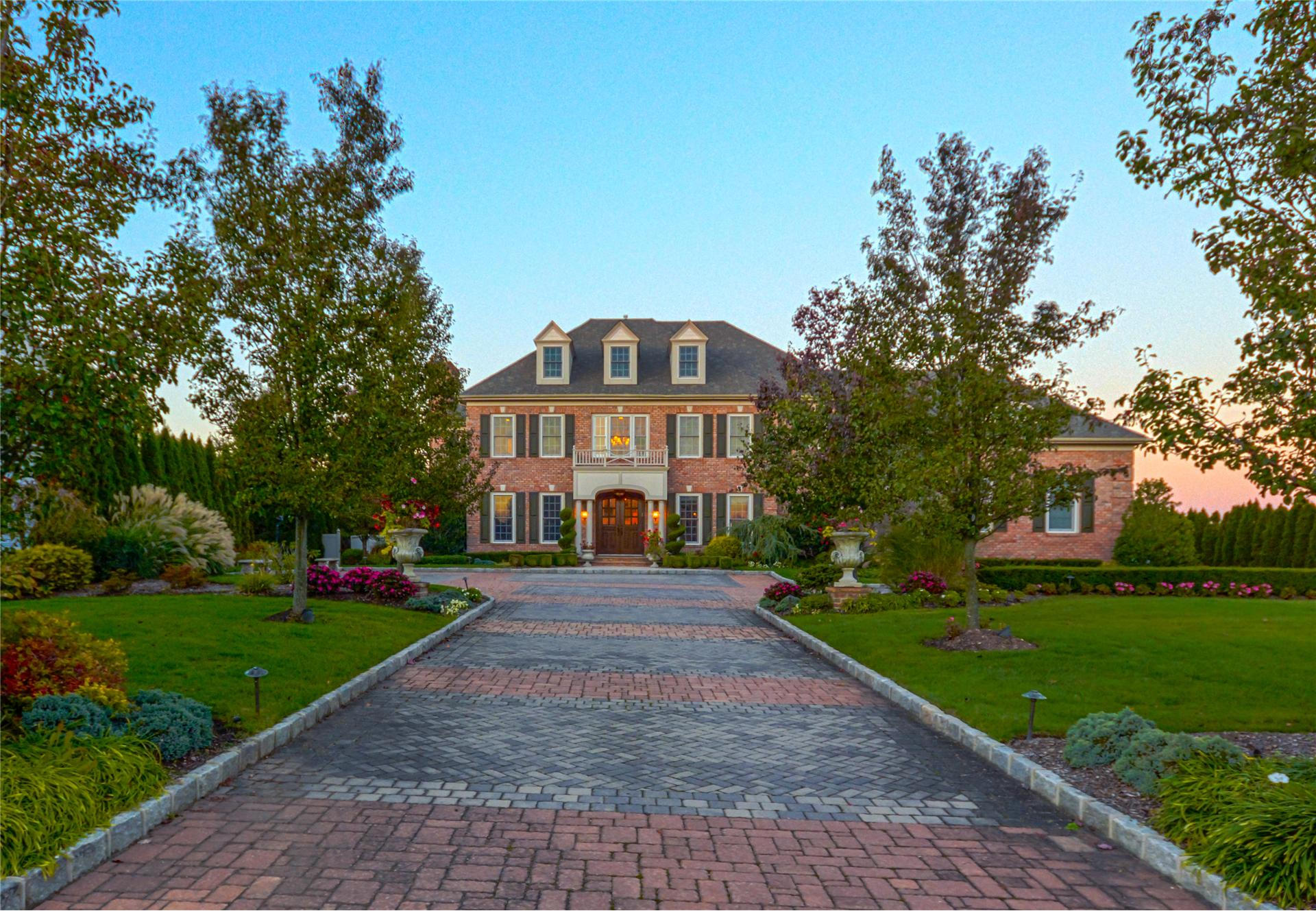 Single Family for Sale at 5 Legends Cir Melville, New York 11747 United States