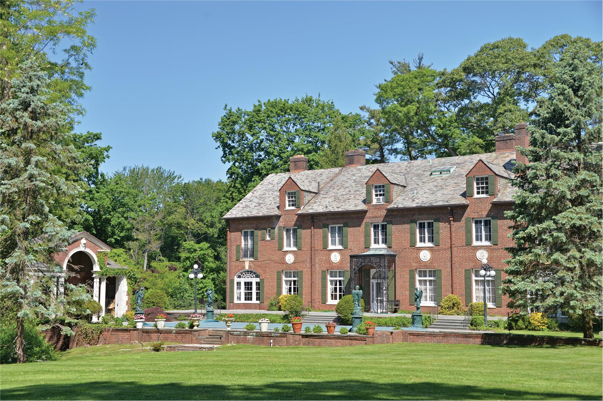 Single Family for Sale at 7 Stone Arch Rd Old Westbury, New York 11568 United States